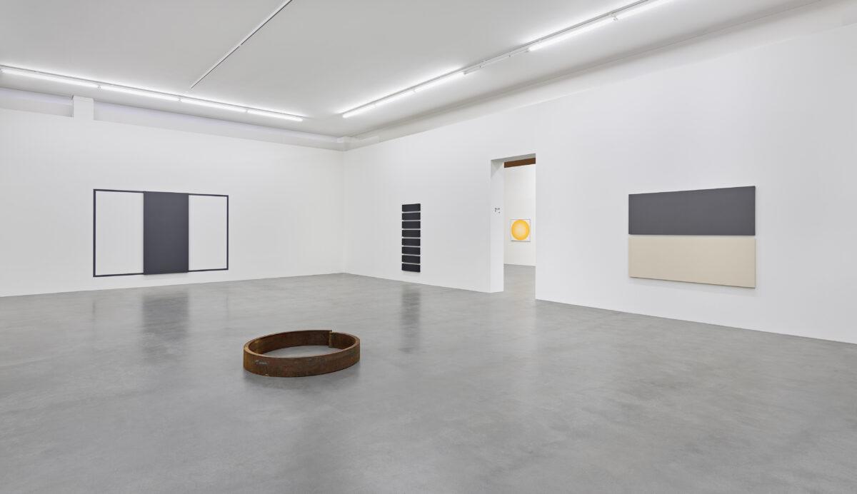 Ausstellungsansicht mit Werken von Alan Charlton und James Reineking