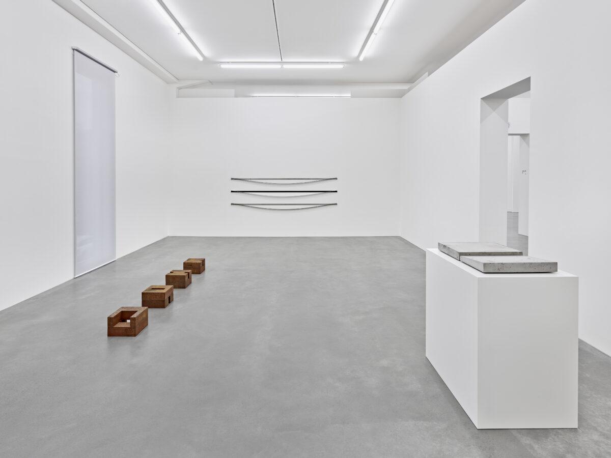 Ausstellungsansicht mit Werken von Joachim Bandau, Alf Schuler und Johanna von Monkiewitsch