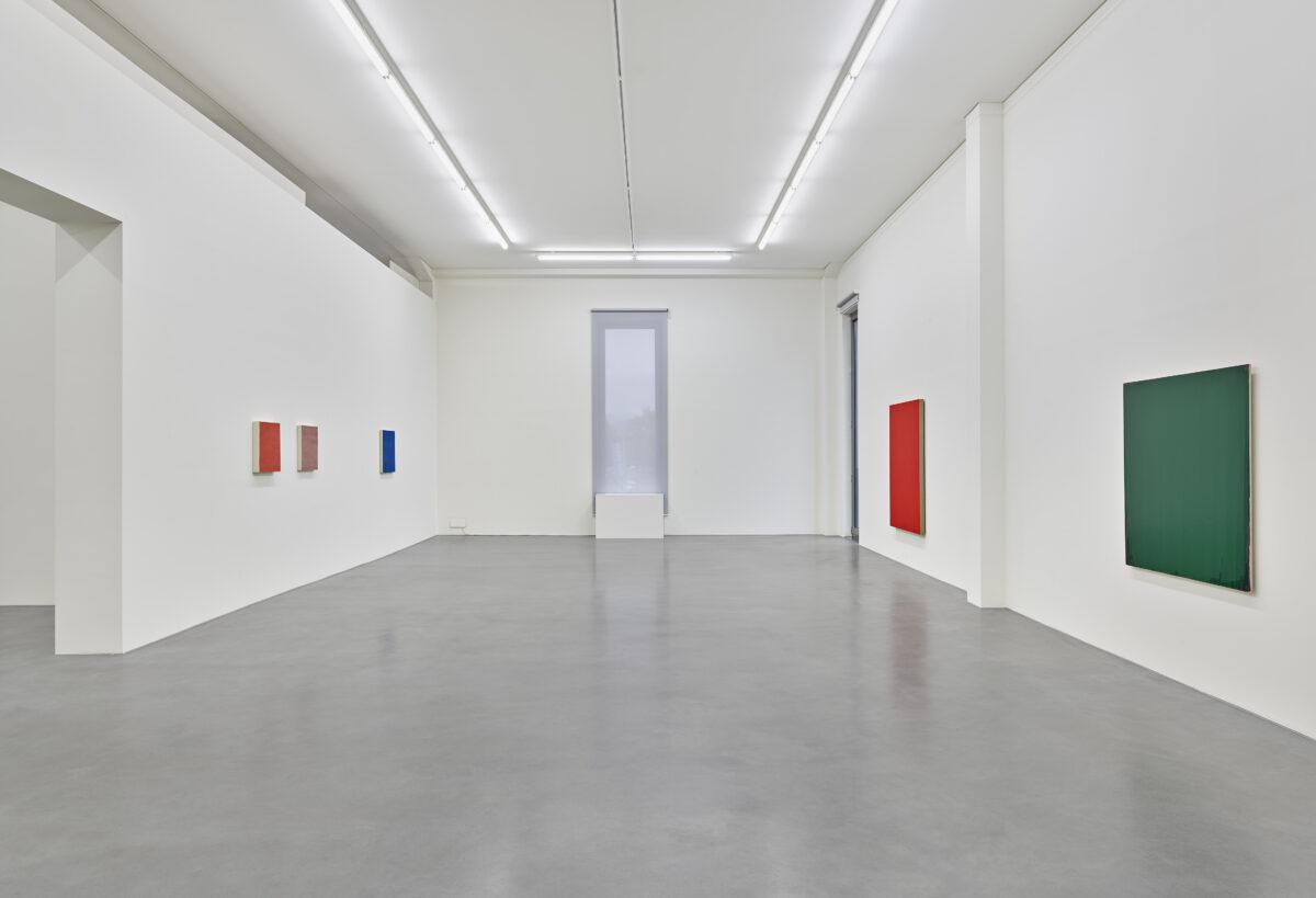 Ausstellungsansicht mit Werken von Marcia Hafif, Phil Sims und Joseph Marioni