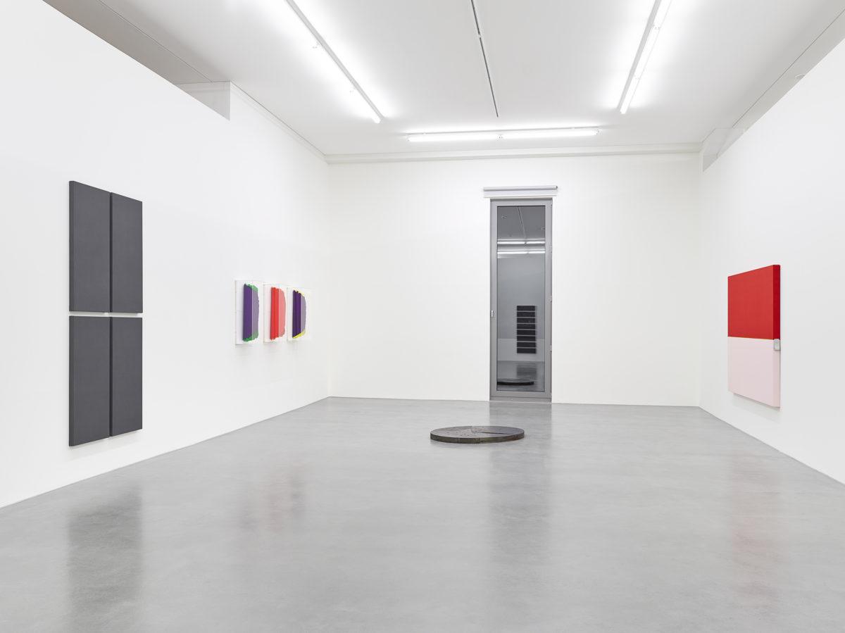 Ausstellungsansicht Collector' s Choice Only - Material (2014) mit Werken von Alan Charlton, Dan Flavin, David Rabinowitch und Henrik Eiben