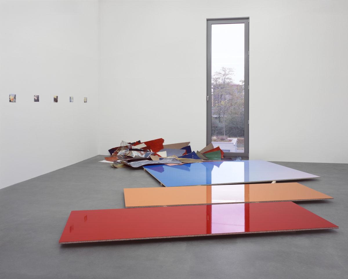 Ausstellungsansicht Raumwechsel IV (2005/2006) mit Werken von Adrian Schiess