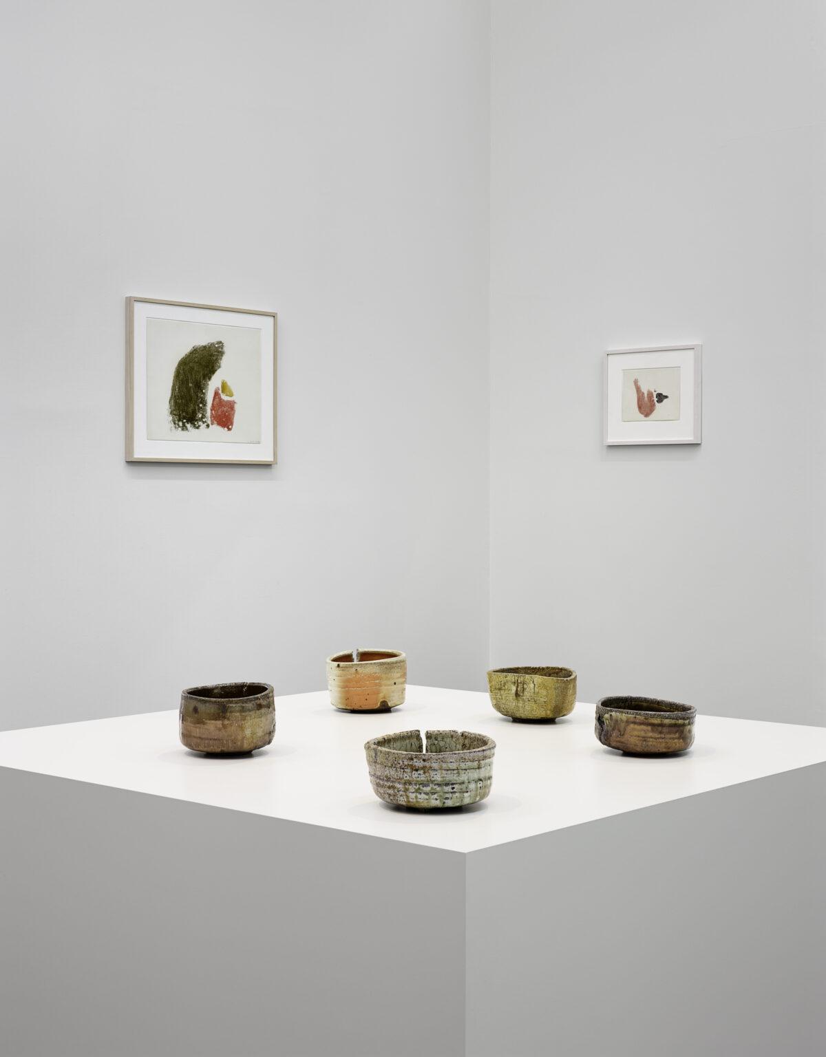 Ausstellungsansicht Collector's Choice Only (2014) mit Werken von Phil Sims und Julius Bissier
