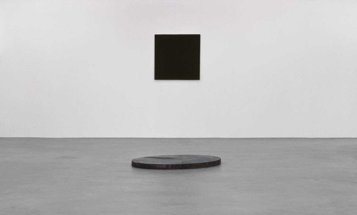 Ausstellungsansicht Raumwechsel 3 (2005) mit Werken von Günter Umberg, Richard Long und David Rabinowitch