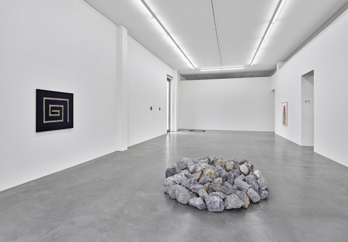 Ausstellungsansicht Spurensuche mit Werken von Richard Long