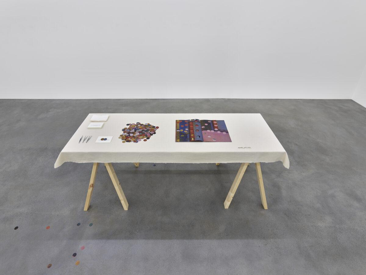 Ausstellungsansicht Spurensuche mit einer Installation von Hösl-Mihaljevic + BIA
