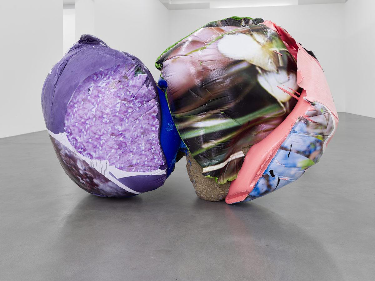 Nikola Ukić, Gerettete Mängel, 2015, Polyurethan, Pigment, UV-Drucktransfer, Erde, 110 x 105 x 164 cm