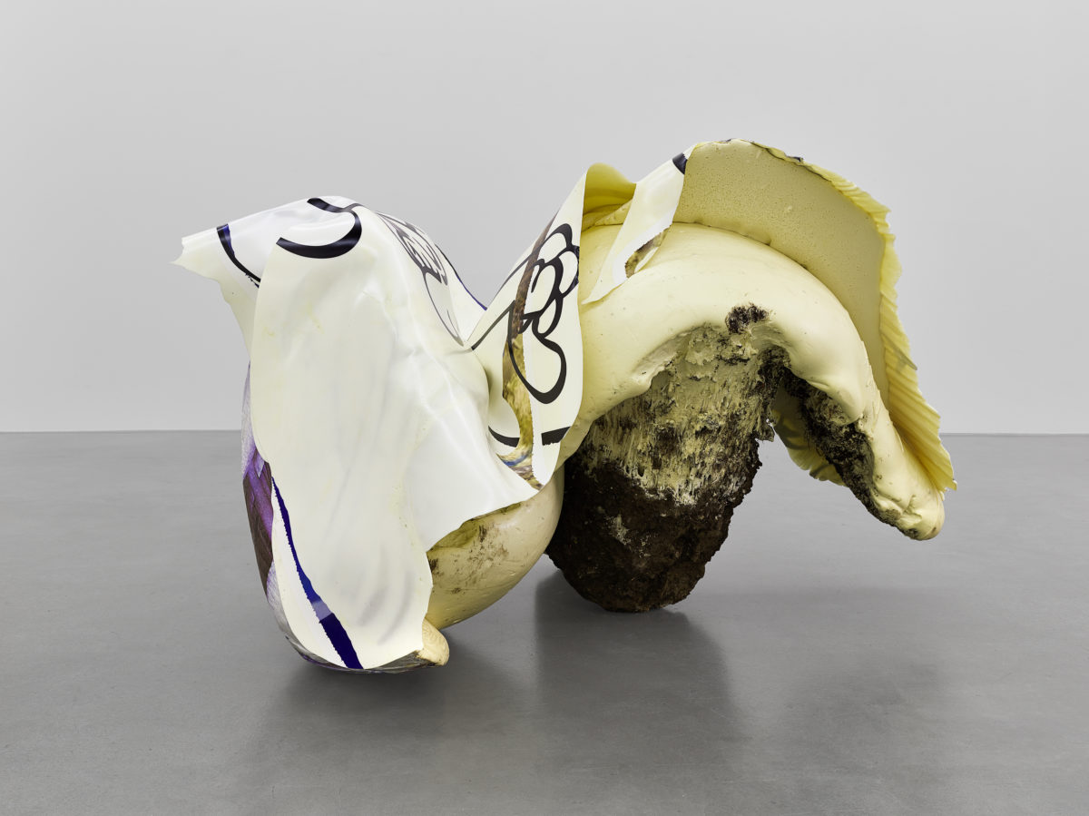 Nikola Ukić, Easy Rider, 2015, Polyurethan, Pigment, UV-Drucktransfer, Erde, 105 x 134 x 178 cm. Courtesy Hengesbach Gallery, Wuppertal